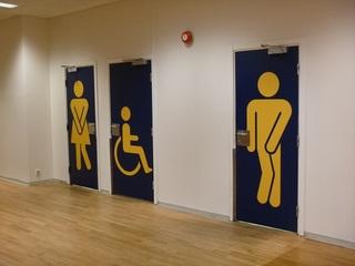 ノルウェーの空港のトイレの一例。焦ってます?